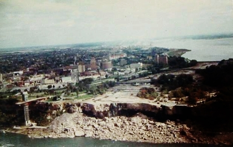 Dry Niagara - This photo shows the American Falls and Bridal Veil Falls in Niagara Falls during the preservation work carried out in 1969 (Photo: Wikipedia)