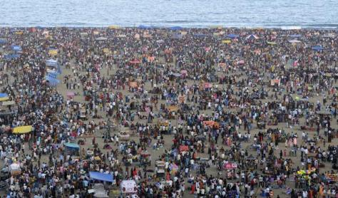 People throng the Marina beach to celebrate Kaanum Pongal in Chennai (Phot: R. Ravindran/thehindu.com)