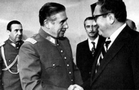 Chile - The dictator Augusto Pinochet shakes hands with U.S. Secretary of State Henry Kissinger (Source: elciudadano.cl)