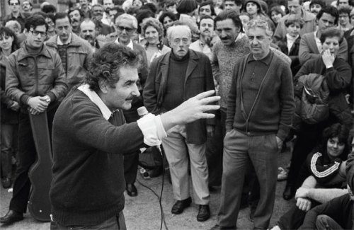 "José ""Pepe"" Mujica addresses a crowd at the beginning of his legitimate political career, on September 29, 1985. (Photo:  Marcelo Isarrualde)"