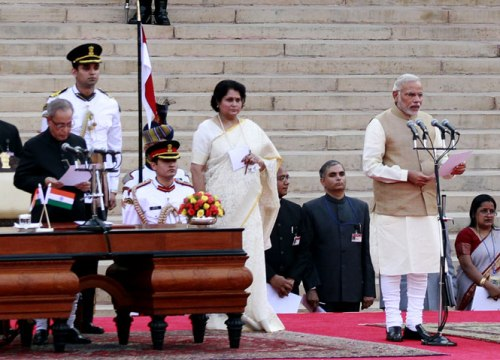 President Pranab Mukherjee administers oath to Narendra Modi as the 15th Prime Minister of India, at a ceremony at Rashtrapati Bhavan in New Delhi. (HT Photo/Ajay Aggarwal)