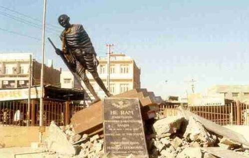 Base of this statue of Mahatma Gandhi in Gandhidham disintegrated during the January 26, 2001 Bhuj earthquake. (Source: ceenve.calpoly.edu)
