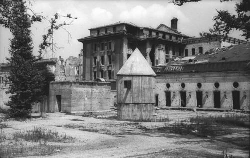 July 1947 photo of the rear entrance to the Führerbunker in the garden of the Reich Chancellery. (Source: Bundesarchiv_Bild_183-V04744,_Berlin,_Garten_der_zerstörte_Reichskanzlei)