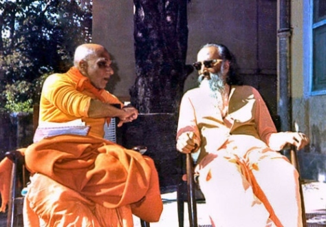 Swami Krishnananda and Swami Chinmayananda (Source: gurudevsivananda.blogspot.in)