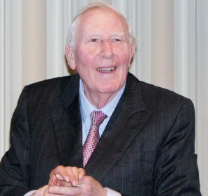 Sir Roger Bannister at the prize presentation of the 2009 Teddy Hall relay race. (© Pruneau / Wikimedia Commons)