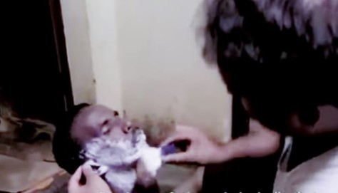 Narayanan Krishnan shaves a destitute.