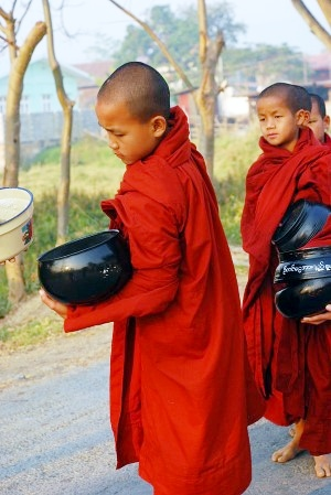 Novices receive alms, Nyaungshwe, Myanmar (magical-world - flickr.com)