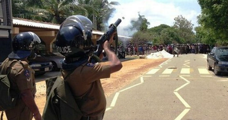 Police fire tear gas shells to disperse Jaffna mob (Source - icaruswept.com)