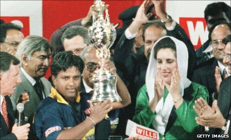 Sri Lanka captain Arjuna Ranatunga lifts the trophy in 1996 (Source: news.bbc.co.uk)