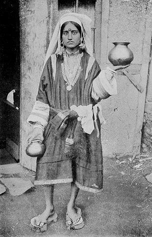 A Pandit woman wearing paduka ca.1922 (Source: wikimedia.org)