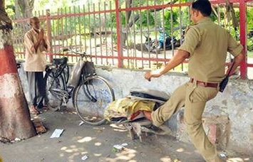 Sub-InspectorPradeep Kumar kicking the typewriter (Photo: Ashutosh Tripathi)