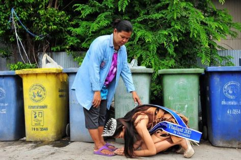 "Khanittha ""Mint"" Phasaeng,, the beautiful Miss Uncensored News Thailand 2015 - invoking the blessings of her mother amidst trash bins (Source: bangkok.coconuts.co)"