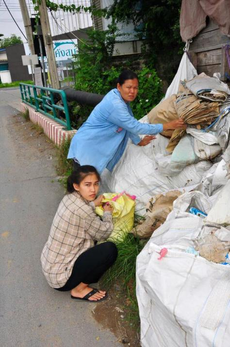 Khanittha Phasaeng sorting garbage with her mother (Source: women.asiaone.com)