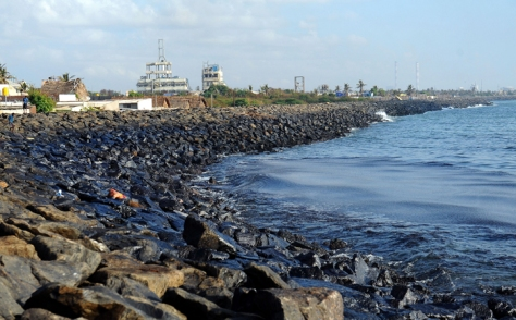 Oil spill on the shores of Chennai (Source: indiatimes.com)